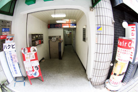 Calico's unobtrusive entrance, off a Tokyo side-street